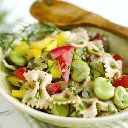 Salade d'été de pâtes froides avec du saumon